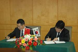 Byoung Joo Gwag, President and CEO of AmKor and Xuxinliang, President of Jiayuan