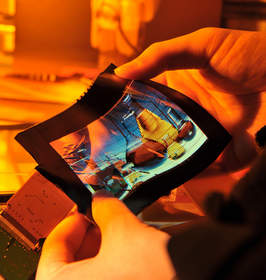 ITRI has recently unveiled a 6-inch color flexible AMOLED color e-paper that utilizes the FlexUPD technology to develop innovative applications. Even when being folded, the ultra-thin 0.01cm screen can still continue to display an image. The folding radius can reach 5cm or less and brightness is 150nits. The screen may be scrolled up to 15,000 times without affecting video play function.
