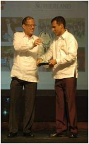Shown receiving the Outstanding Employer Award for Sutherland Global Services from Pres. Benigno Aquino III is Shridhar Aiyer, Sutherland's Associate Vice President for Human Resources.