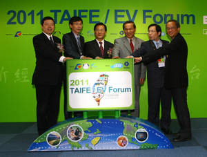 Vice Minister of Ministry of Economic Affairs (MOEA) of Taiwan, Dr. Huang Jung-chiou (From left 3) participated in the opening ceremony of the 2011 TAIFE on April 14.