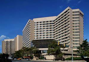 hotel near crystal city shops