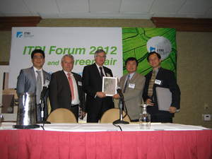 Jyuo-Min Shyu, President, ITRI; Sean Wang, ITRI International, Inc. President and Herb Lin, President, ITIC (the VC subsidiary of ITRI) present ITRI's FleXpeaker to Richard Dasher, CIS and U.S.-ATMC Director, Stanford University and Horst Simon, Deputy Directory LBNL. From left to right, Herb Lin, Horst Simon, Richard Dasher, Jyuo-Min Shyu and Sean Wang.