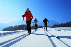 Bij het langlaufen door de Inzeller sneeuw glijden - slechts één van de talrijke mogelijkheden om in de winter sportief bezig te zijn