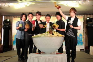 Mr Lee Yung-te, Deputy Mayor of Kaohsiung City Government and Mayday created a giant 'Sea of Ice' with specialty fruits from Kaohsiung.
