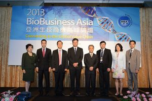 From left to right: Alice Chiang-CEO of Teratech, Andy Liu-President of Asia Pacific and China, IMS Health, Johnsee Lee- Chairman of Development Center for Biotechnology, Chung-Liang Chien-Vice Executive Secretary of Technology Reports of Executive Yuan, Ching-Yen Tsay-Chairman of ITRI, Richard Shau-General Director of ITRI's Biomedical Technology and Device Research Labs, Marietta Wu-Managing Director of Burrill & Company, Yuan-Hua Ding-Head of Pfizer's External R&D Innovation, Asia/Pacific