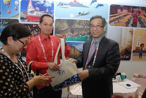 Deputy Commissioner Chiu Peng-Hsin(first from right) is giving souvenirs to buyer from Vietnam.