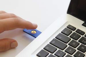 FIDO U2F Security Key by Yubico es una YubiKey especialmente diseñada que se basa en la criptografía de clave pública de alta seguridad. Durable y de tamaño conveniente, simplemente se inserta en un puerto USB y funciona con cualquier aplicación y servicios basados en la web que soportan FIDO U2F. Todo lo que necesita es un simple toque de un botón.