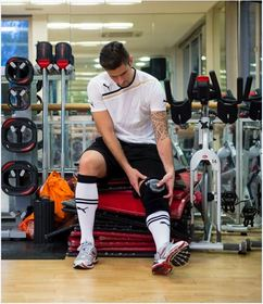 ''Olivier Giroud uses the HYPERICE ice compression knee wrap after a training session''