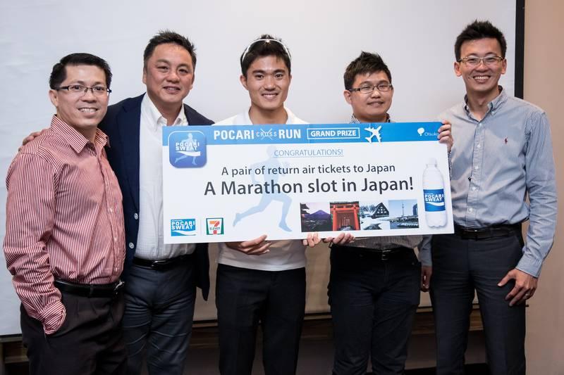Dr. Mok Ying Ren Presents Grand Prize to Elite Runner Who Emerged as 'POCARI Cross Run' App Winner