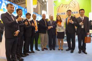 Kaohsiung Agriculture Bureau Director-General Tsai Fu-chin  (fifth left) and Japan's House of Councillors Member Katsuhiko Eguchi (fourth right) pose for photos after visiting the Taiwan pavilion at the Foodex Japan 2015.