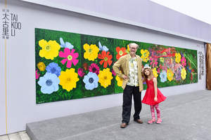"""International artists James Warhola (left) and Aelita Andre (right) collaborated on canvas painting """"Chengdu Garden"""" to kickstart the celebration of the global launch of Sino-Ocean Taikoo Li Chengdu"""