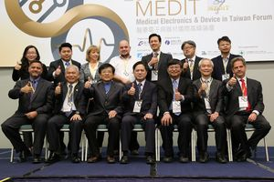 Dr. Ming-ji Wu, Director General of Industrial Development Bureau (middle of the front row), Dr. Yio-wha Shau, General Director of ITRI's Biomedical Technology and Device Research Laboratories (right 3 of the front row) lead Taiwan industry to join the world's supply chain at MEDiT.