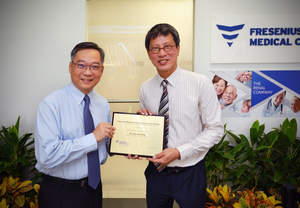 Mr. Gan Kim Yong, Member of Parliament, Choa Chu Kang GRC (left) and Mr. Anthony Tann, Managing Director, Fresenius Medical Care Singapore (right) at the opening of the Vascular Access Service at Fresenius Medical Care Teck Whye Dialysis Clinic.