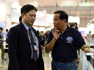 Secretary of Industrial Development Bureau, Dr. Ming-Ji Wu (left) visited Gemini booth during Computex, Gemini CEO Patrick Fu (right) introduced the solution to him.