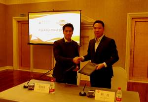 Mr. Kingsley Leung, Executive Director of Uni-Bio Science (left) and Mr. Li Qian, Chairman of Beijing Sun-Novo (right) sign a multiple drug co-development deal.