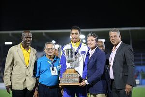 Curacao hometown hero Glenn Kunst (centre) who established a new meet record of 4.65m in the boys' pole vault to win the 2017 Austin Sealy Trophy for most outstanding individual athlete is seen in photo collecting his trophy from Lord Sebastian Coe (2nd right), President of the International Association of Athletic Federations (IAAF)  Others in photo looking on are: (L-R) Willem Cordilia, President of the Curacao Athletic Board; Victor Lopez, President of NACAC; and Gilbert Cyntje, President of the Local Organising Committee