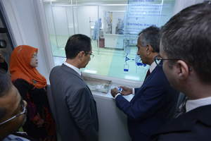 YBhg. Dato' Seri Dr. Chen Chaw Min, Secretary General, Ministry of Health Malaysia on a tour at the newly-launched Fresenius Medical Care Plant Production at Bandar Enstek, the first Peritoneal Dialysis products manufacturing plant in Malaysia