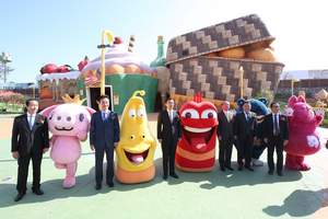 Shinhwa Theme Park in Jeju Shinhwa World is developed in collaboration with TUBAn, one of Korea's premier animation companies, based on its popular 3D animated characters. The officiating guests take photos with the animated characters.