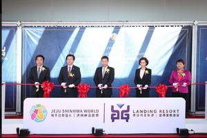 Dr. Yang Zhihui (middle), Chairman and Executive Director of Landing International and Mr. Jay Lee (second left), Chief Operation Officer of Landing International and Chief Executive Officer of Landing Jeju attended the ribbon-cutting session for the grand opening ceremony of Jeju Shinhwa World Landing Resort.