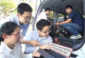 """LG U+ employees see the results of the """"Dual-Connectivity"""" technology demonstration on a measuring terminal mounted in a vehicle at the 5G test base station"""